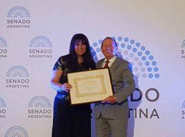 El Dr. Schvezov recibió la distinción de manos de la senadora misionera Sandra Giménez